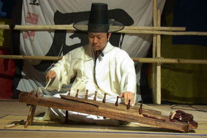 Игра на музыкальном инструменте аджэн