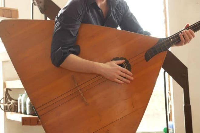 Игра на балалайке-контрабас