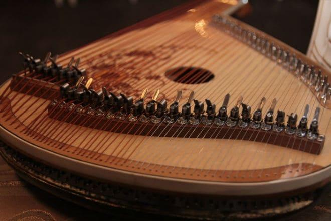 Как выглядит украинский инструмент бандура?
