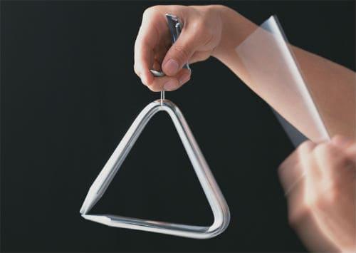 Игра на музыкальном треугольнике