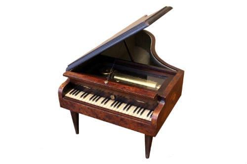 Музыкальная шкатулка в виде рояля