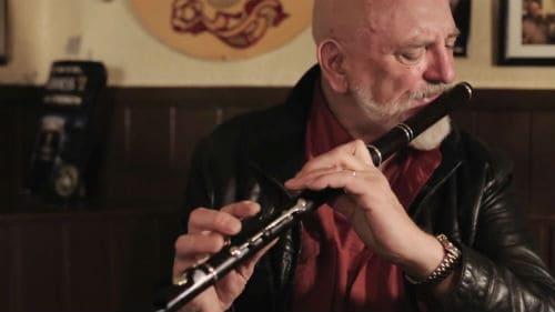 Мэтт Моллой играет на ирландской флейте