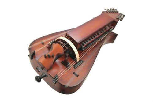 Музыкальный инструмент колесная лира