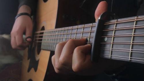 Игра на двенадцатиструнной гитаре