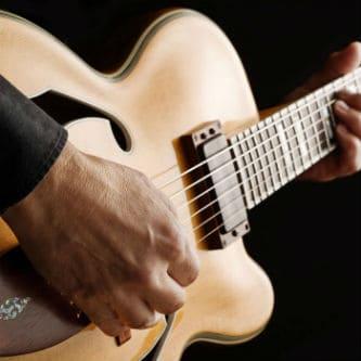 Игра на полуакустической гитаре